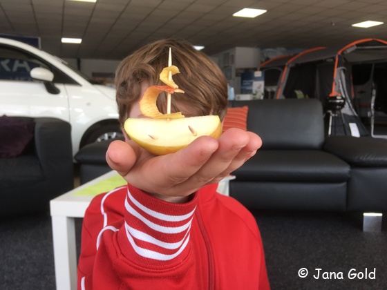 ein Apfelschiffchen auf einer Kinderhand im Autohaus Ströhla