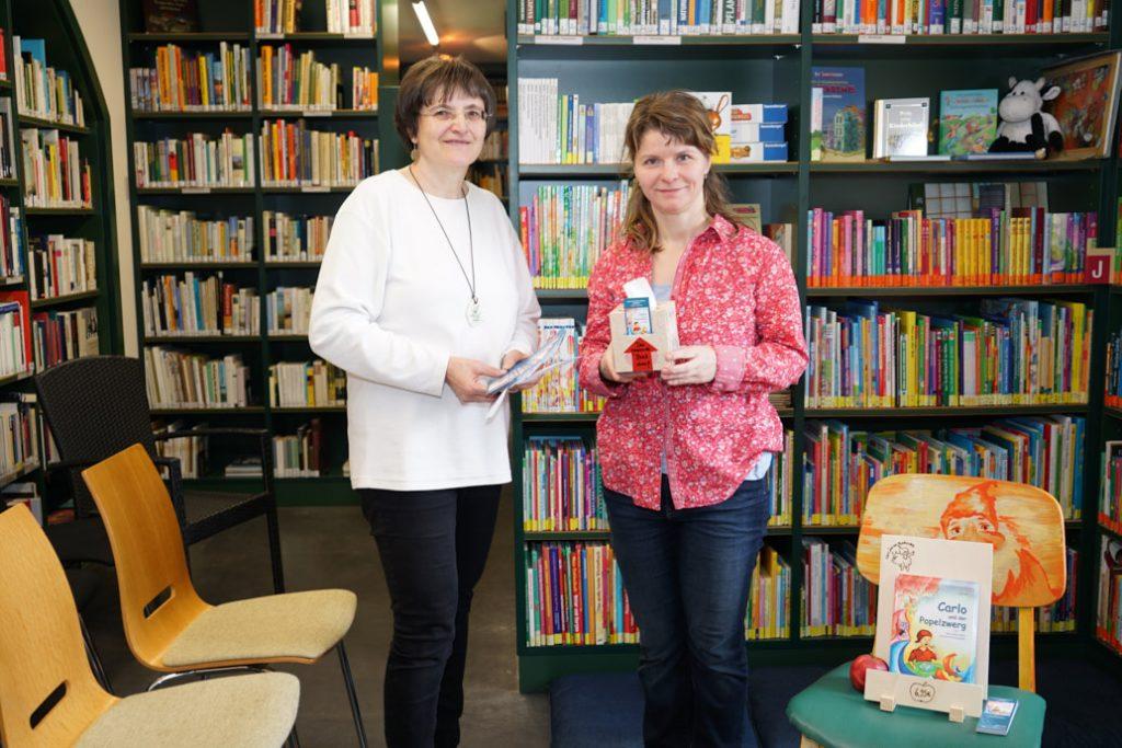Bibliothek Luckau - Autorin Jana Gold mit Bibliothekarin Frau Jähn