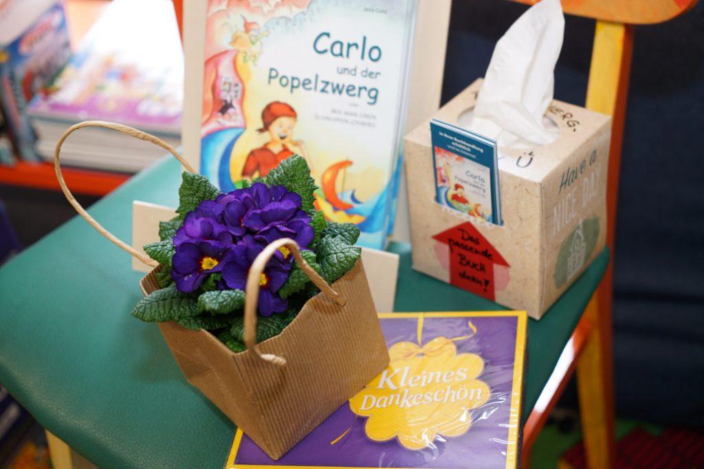 Blumen und Konfekt als Dankeschön für die Lesung