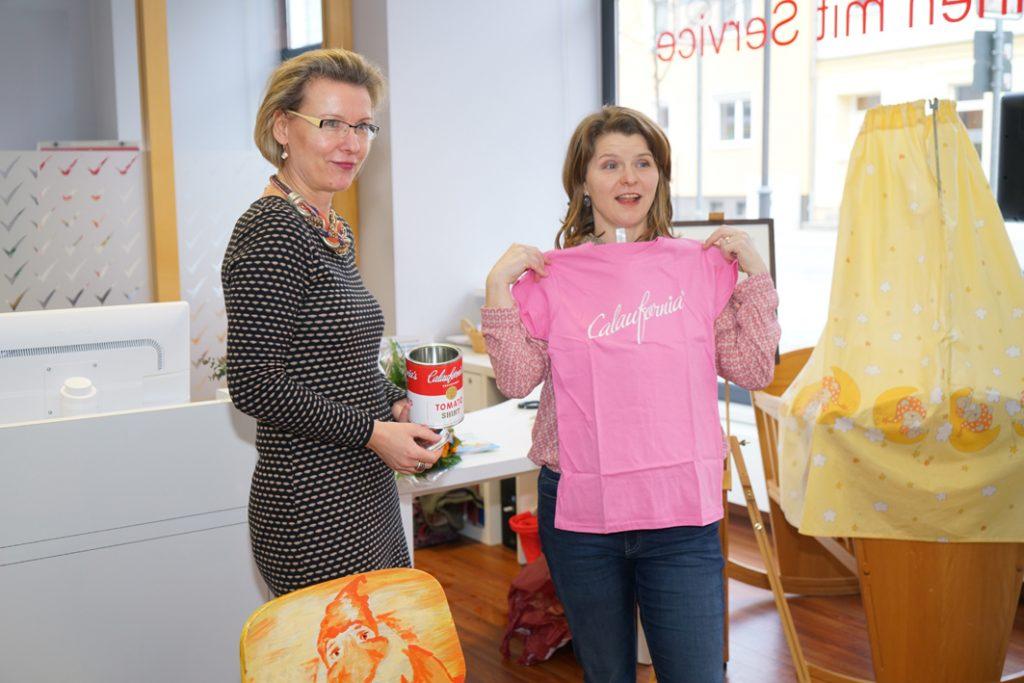 Frau Goyn, Geschäftsführerin der WBC übereicht der Autorin als Geschenk ein Calaufornia-T-Shirt