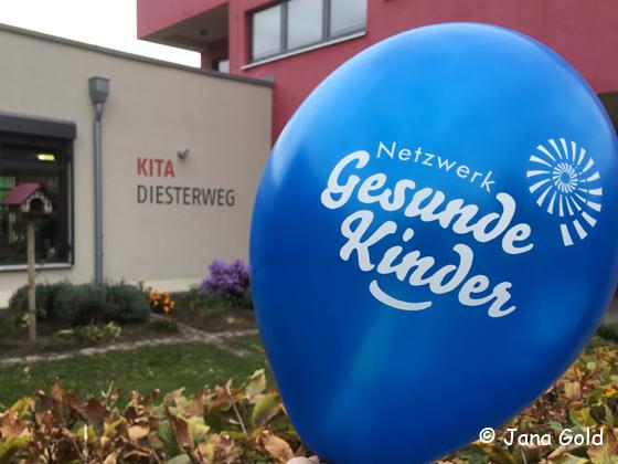 Ein blauer Luftballon vor dem Kita-Gebäude