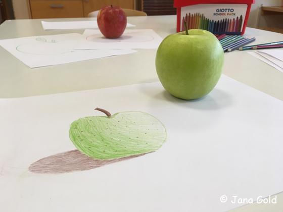 mit Buntstiften gemalter grüner Apfel