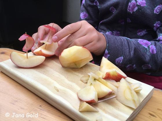 Kind bastelt Apfelschiffchen